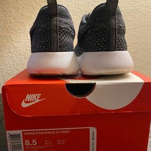Nike Shoes - Women's Nike Rosherun Flyknit